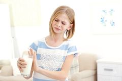 Ragazza con l'allergia del latte Fotografie Stock