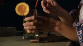 Ragazza con l'anello di fidanzamento sul suo giorno delle nozze di pianificazione del dito in caffè della spiaggia archivi video