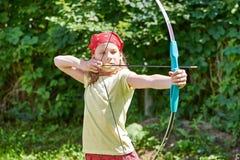 Ragazza con l'arco che spara allo scopo di sport Fotografia Stock Libera da Diritti