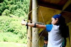 Ragazza con l'arco e la freccia Fotografie Stock
