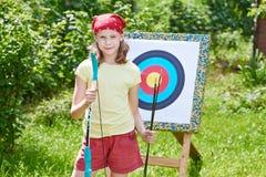 Ragazza con l'arco vicino allo scopo di sport Fotografie Stock Libere da Diritti