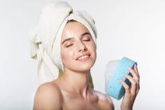 Ragazza con l'asciugamano intorno alla suoi testa e fiocco Fotografia Stock Libera da Diritti