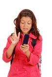Ragazza con l'atteggiamento che texting sul telefono delle cellule Fotografia Stock