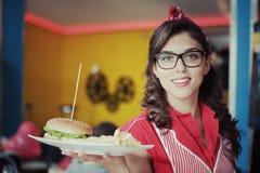Ragazza con l'hamburger fotografie stock libere da diritti