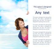 Ragazza con l'insegna in bianco. Spazio perfetto per mettere qualsiasi testo. Fotografie Stock Libere da Diritti