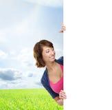 Ragazza con l'insegna in bianco Spazio perfetto per mettere qualsiasi testo Fotografia Stock