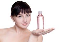 Ragazza con l'olio di massaggio in una mano Immagine Stock Libera da Diritti