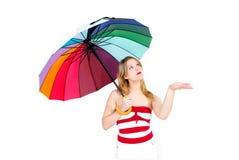 Ragazza con l'ombrello di spiaggia immagine stock