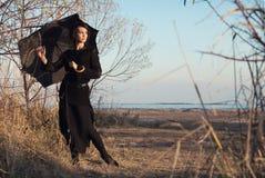 Ragazza con l'ombrello sugli alberi della priorità bassa, spiaggia Fotografia Stock Libera da Diritti