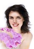 Ragazza con l'orchidea ed il grande sorriso Fotografie Stock