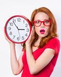 Ragazza con l'orologio enorme Fotografie Stock