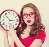 Ragazza con l'orologio enorme Immagini Stock Libere da Diritti