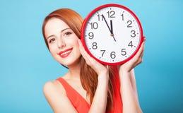 Ragazza con l'orologio enorme Immagine Stock Libera da Diritti