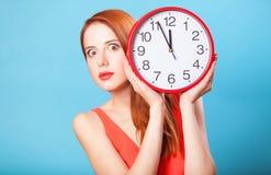 Ragazza con l'orologio enorme Fotografie Stock Libere da Diritti