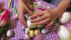 Ragazza con l'uovo e la piuma della decorazione di Pasqua video d archivio