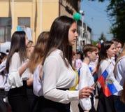 Ragazza con la bandiera della Russia Celebrazione primo maggio, il giorno della molla e del lavoro Parata di festa dei lavoratori Immagini Stock