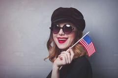 Ragazza con la bandiera di U.S.A. su fondo grigio Fotografia Stock