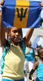 Ragazza con la bandierina delle Barbados Immagini Stock Libere da Diritti