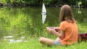 Ragazza con la barca telecomandata stock footage