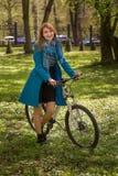 Ragazza con la bici fotografia stock libera da diritti
