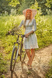Ragazza con la bici immagine stock libera da diritti