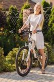 Ragazza con la bici fotografia stock