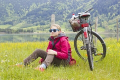 Ragazza con la bici nelle montagne Immagine Stock Libera da Diritti