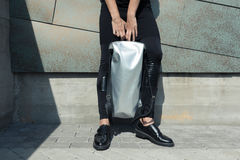 Ragazza con la borsa bianca in sue mani Fotografie Stock Libere da Diritti