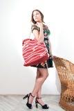 Ragazza con la borsa di rosso della spiaggia Immagini Stock