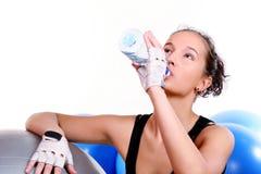 Ragazza con la bottiglia di acqua minerale fotografia stock libera da diritti
