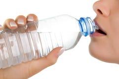 Ragazza con la bottiglia di acqua minerale Fotografie Stock Libere da Diritti