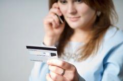 Ragazza con la carta di credito Immagine Stock