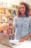 Ragazza con la carta di credito alla libreria Immagini Stock Libere da Diritti