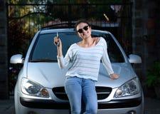 Ragazza con la chiave dell'automobile immagine stock