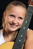 Ragazza con la chitarra Fotografie Stock Libere da Diritti