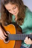 Ragazza con la chitarra. Fotografia Stock