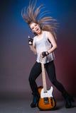 Ragazza con la chitarra alla ripetizione prima della prestazione Fotografia Stock