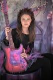 Ragazza con la chitarra elettrica Fotografie Stock Libere da Diritti