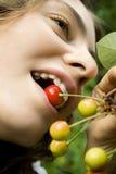 Ragazza con la ciliegia Fotografia Stock Libera da Diritti