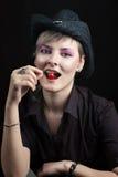 Ragazza con la ciliegia in bocca fotografia stock libera da diritti