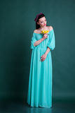 Ragazza con la corona dei fiori in vestito blu da modo Fotografia Stock