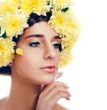 Ragazza con la corona del fiore Donna caucasica con l'ardore suntanned Immagini Stock