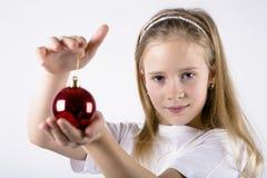 Ragazza con la decorazione rossa di Natale Immagini Stock Libere da Diritti