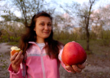 Ragazza con la grande mela rossa in sua mano immagine stock
