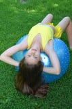 Ragazza con la grande palla per forma fisica Fotografie Stock Libere da Diritti