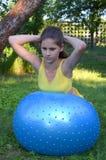 Ragazza con la grande palla per forma fisica Fotografia Stock Libera da Diritti