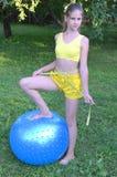 Ragazza con la grande palla per forma fisica Fotografia Stock