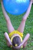 Ragazza con la grande palla per forma fisica Immagini Stock