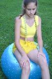 Ragazza con la grande palla per forma fisica Fotografie Stock