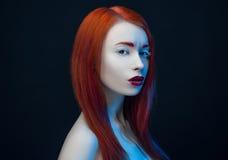 Ragazza con la lampadina rossa del blu delle labbra dei capelli rossi Immagini Stock